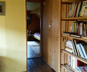 Podkrovní chodbička s knihovnou