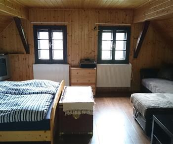 Ložnice vpravo od koupelny -manželská postel, pohovka, dětská postýlka, jednolůžko