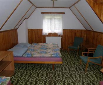 Ložnice s lůžky a nočními stolky