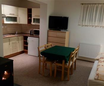 Kuchyň + jídelna (pohled z ložnice)