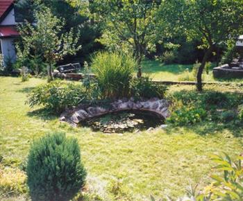 Udržovaná zahrada s jezírkem