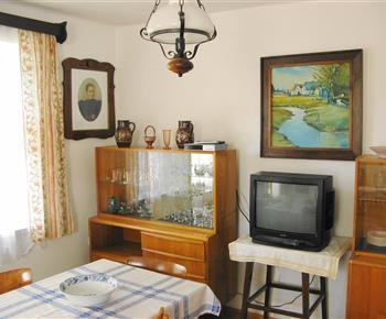 Obývací pokoj se stolem a televizí