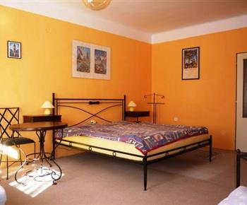 Dětský pokoj s lůžky, skříní, stolkem, nočním stolkem a lampičkou
