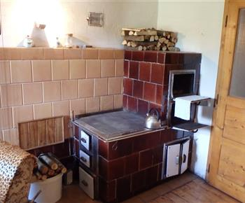 Kachlová kamna v místnosti kuchyně A