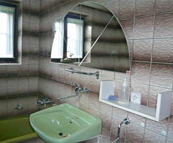 Koupelna s vanou, toaletou a pračkou