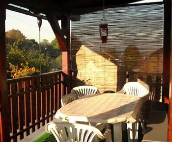 Příjemné posezení na balkóně s výhledem do okolí