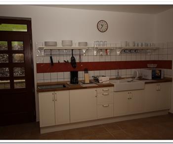 Kuchyňka s mikrovlnnou troubou, varnou konvicí a lednicí
