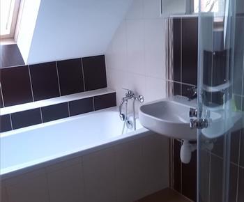 Koupelna v jednom z apartmánů