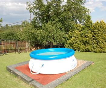 Zatravněná zahrada s bazénem a dětským koutkem