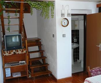schody do podkroví a vchod do koupelny