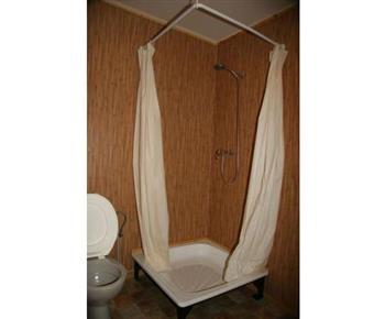 Chatka se sprchovým koutem, umývadlem a toaletou