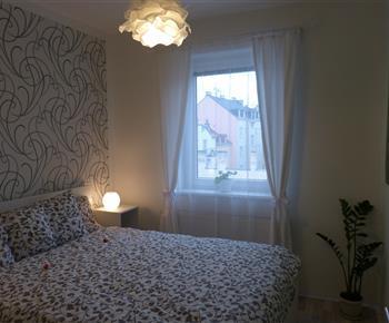 Ložnice s oknem