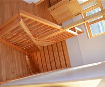 Dubové schody do podkroví, kde jsou 3 ložnice a koupelna s vířivkou