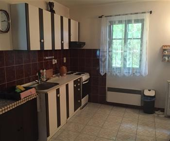 Kuchyně s lednicí, varnou konvicí a sporákem
