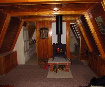 Obývací místnost s krbokamny.