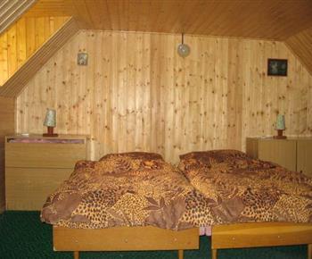 Pokoj v podkroví obložený dřevem