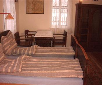 Ložnice A s lůžky, skříní, stolem a židlemi