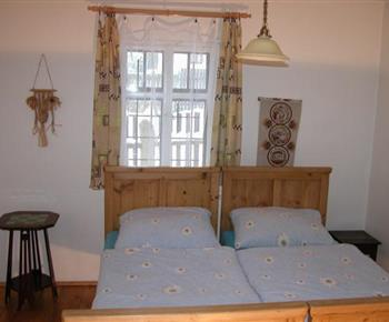 Ložnice C s lůžky, skříní, truhlou, židlí a stoličkou