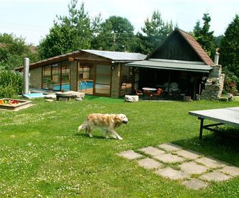 Zahrada s bazénem a posezením