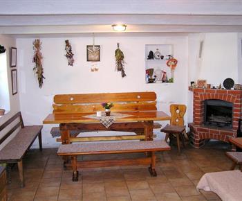 Společenská místnost s posezením a krbem