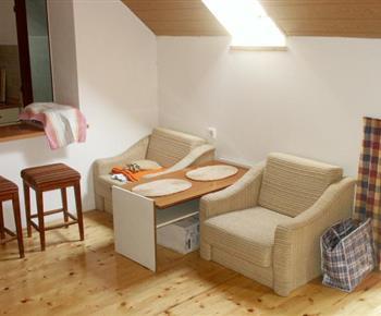 Pokoj s křesly a konferenčním stolkem