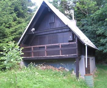 Pohled na chatu z příjezdové cesty