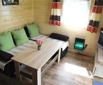 Kuchyně s posezením a TV v chatce