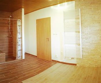 Relaxační místnost se sprchovým koutem