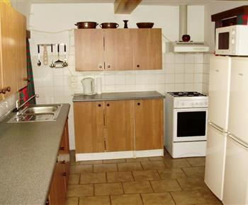 Kuchyně s dřezem, sporákem a troubou, myčkou a varnou konvicí