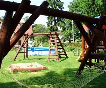 Zahrada s dětským hřištěm a bazénem