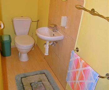 Toaleta s umyvadlem v patře