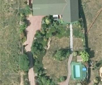 Pohled na rekreační dům s bazénem a vířivkou