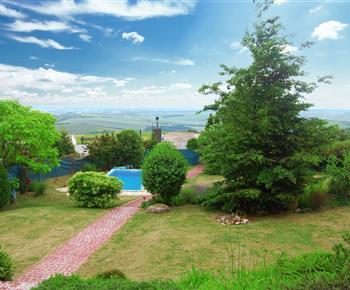 Pohled z terasy na bazén a na Moravské Toskánsko