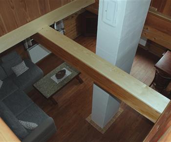 Průhled z obytné galerie do obývacího pokoje