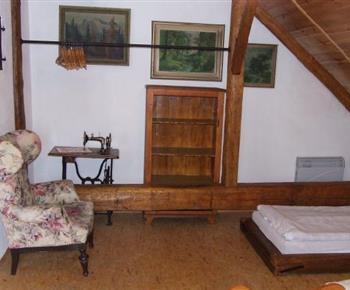 Pokoj s lůžky a nábytkem