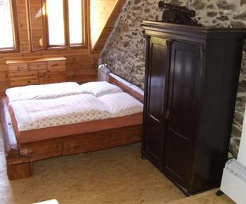 Pokoj s manželskou postelí a skříní