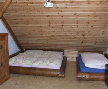 Pokoj s lůžky a truhlicí