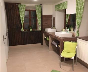 Koupelna. Po levé straně 2x WC a 2x sprchový kout