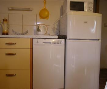 kuchyně s myčkou, lednicí s malým mrazákem a mikrovlnkou