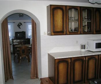 Pohled na kuchyni s průchodem do obývacího pokoje