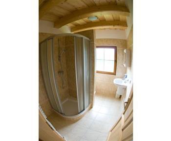 Koupelna v přízemí se sprchovým koutem, toaletou a umývadlem