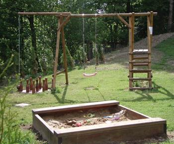 Dětské hřiště u objektu