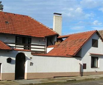 Pohled na chatu  v krásné krajině blízko hory Říp a města Praha