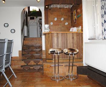 Chata Lucie - bar ve společenské místnosti. Zároveň vstup do kuchyňky a po levé straně vstup do sauny.