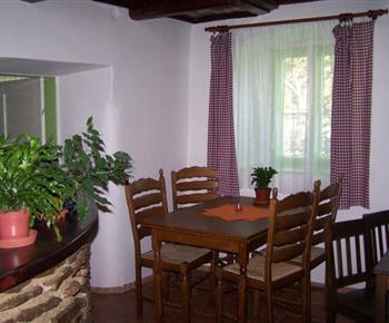 Obytná místnost s jídelním stolem