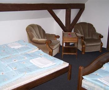 Ložnice A s lůžky, křesly a stolkem