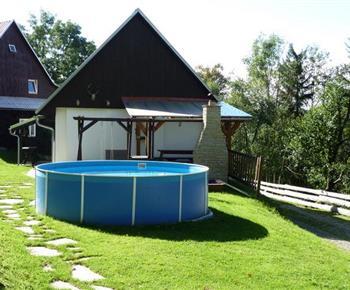 Pohled na nadzemní bazén na zahradě