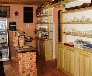 Bar s výčepem a lednicí