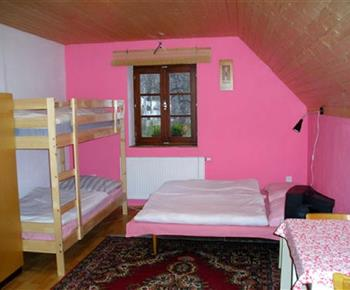 Růžový apartmán s palandou a dvoulůžkem