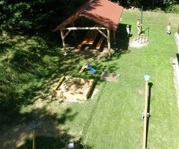 Dětske hřiště u chaty